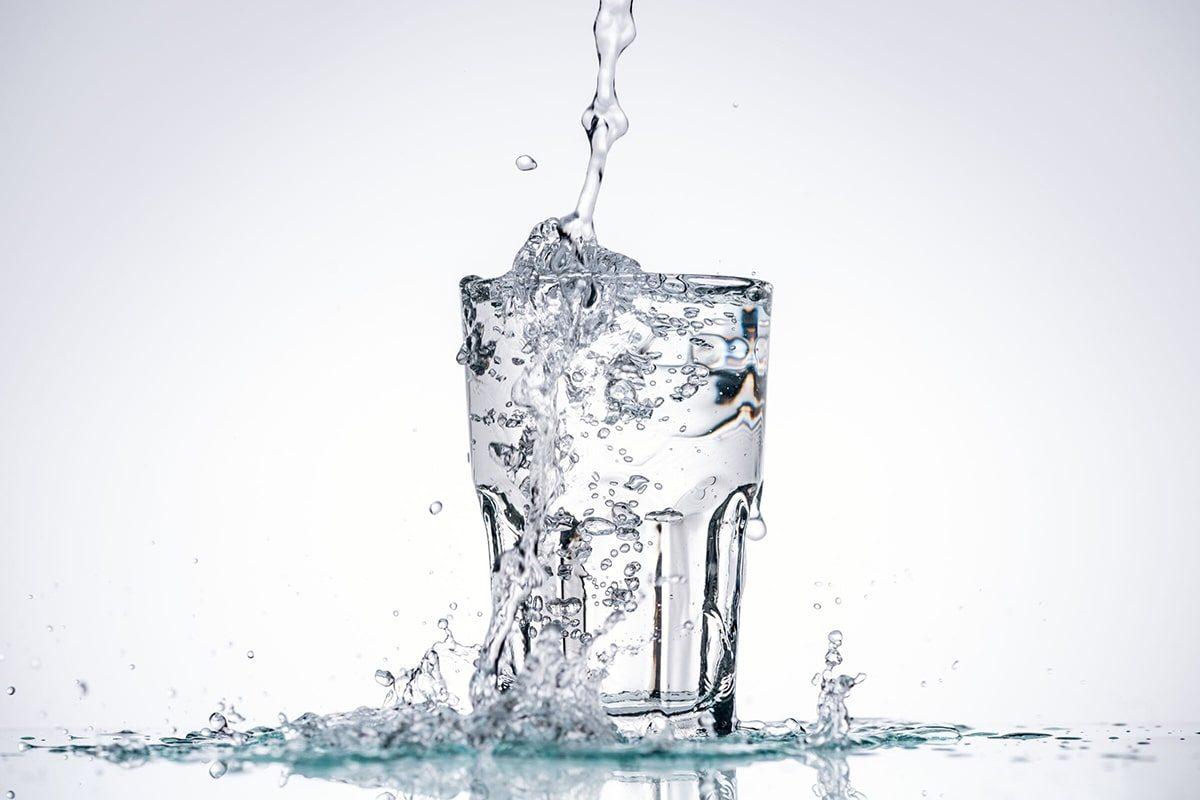 Uzdatniona woda w szklance